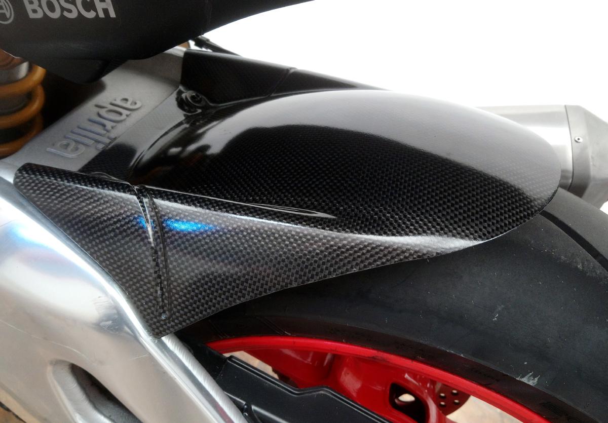 Leche roue arrière fibre de carbonee RSV4 / Tuono V4